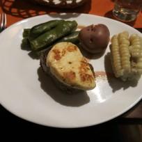 Rindsmedaillon mit Käse und Mais im Restaurant La Casona in La Paz, Bolivien