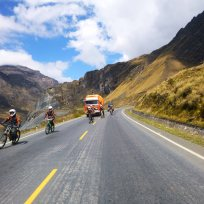 Downhill Biker überholen ALLES!