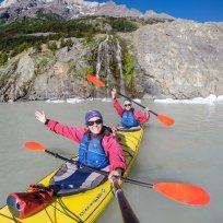 Zwischenstop beim Wasserfall während dem Kayaken auf dem Lago Grey