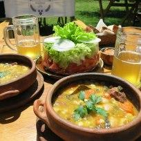 Locro, eine argentinische Spezialität, mit Salat und Bier aus der hauseigenen Brauerei