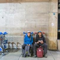 Zwei Traveler beim Warten am Flughafen von Buenos Aires