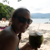 Frische Kokosnuss trinken