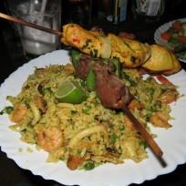 Paella mit Beef und Poulet Spiess