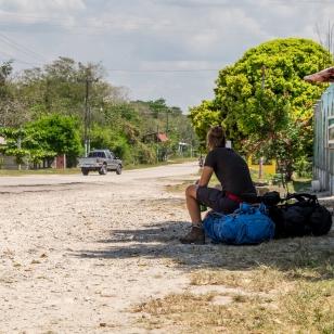 Fränzi wartet am Strassenrand auf den Chicken Bus