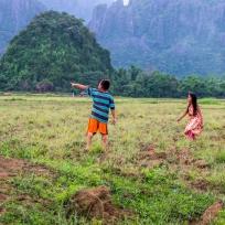 Laotische Kinder auf dem Feld