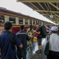 Dani im Gewusel am Bahnhof in Bangkok