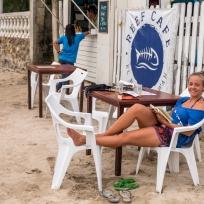 Fränzi beim Lesen im gemütlichen Reef Cafe direkt am Meer