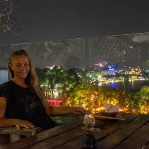 Fränzi beim Essen über den Dächern von Hanoi