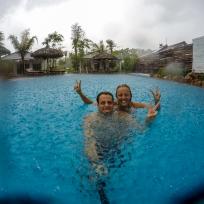 Rege rege Tröpfli es regned uf mis Chöpfli (im Pool)