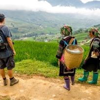 Dani geniesst die Aussicht begleitet von zwei Hmong Frauen
